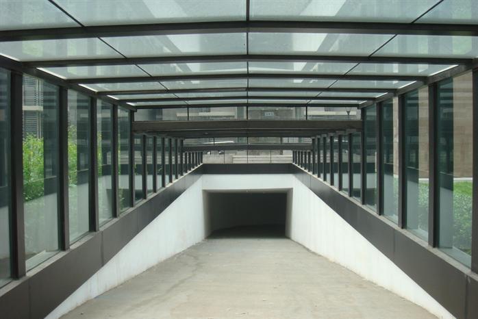 车库雨棚受力的部分一般是钢结构,木材,或者混硬土倒模制作而成,覆盖面为混硬土盖浇面,或者阳光板,或者钢化玻璃面,镀膜玻璃等作为主要的雨棚的覆盖面,其中采用夹胶玻璃的比较多。 地下车库入口钢结构雨棚设计。该设计简洁大气,已完工,实体效果非常不错。 资料为设计方案、施工图和实物照片,实物照片像素很好, 可以直接作为方案汇报或者提示图使用。施工图纸内容详细,具有很好的参考借鉴价值。  车库雨棚实拍图  车库雨棚坡面图  车库入口钢结构雨棚设计方案及施工图  车库入口钢结构雨棚设计方案及施工图  车库雨棚顶视图