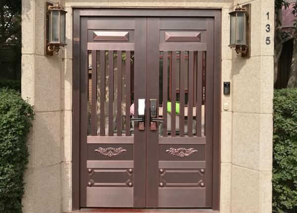 对开庭院铜门